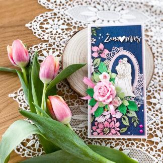 ręcznie wykonana kartka ślubna w granatowo - różowej kolorystyce. Jest ozdobiona rozbudowaną kompozycją kwiatową.